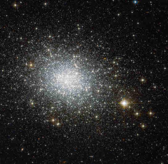球状星团NGC 121的新哈勃图像