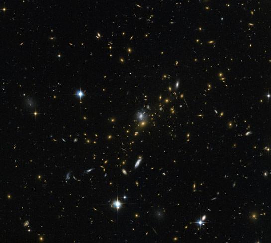 哈勃使用重力透镜来放大远方宇宙