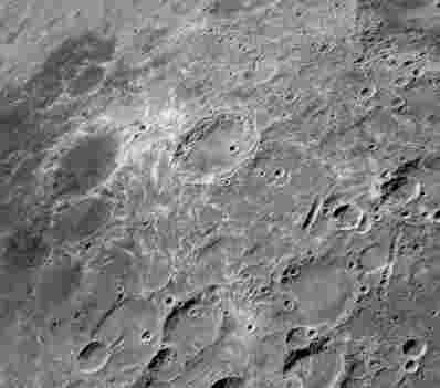 坠毁的彗星导致月球漩涡形成